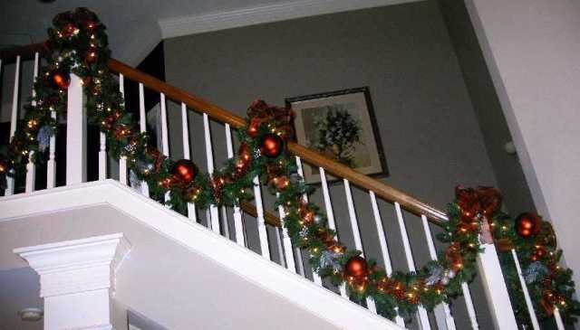 Garland for stair banister how to hang a garland on the for Hanging garland on staircase